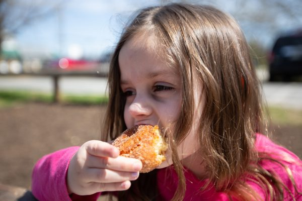 Highland_orchards_eating_donuts
